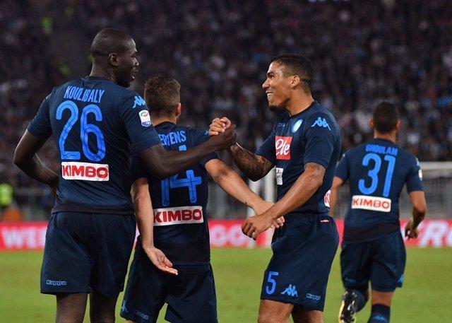 Koulibaly celebrando un gol con sus compañeros del Nápoles