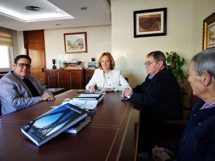 El cónsul general de Cuba en Andalucía muestra su interés por los servicios del Puerto de Almería (España)