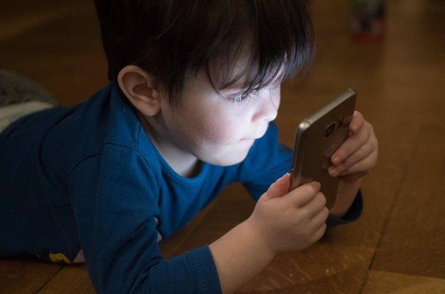Niño usando un móvil, niño smartphone