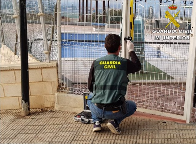 Un agente inspecciona una de las instalaciones asaltadas