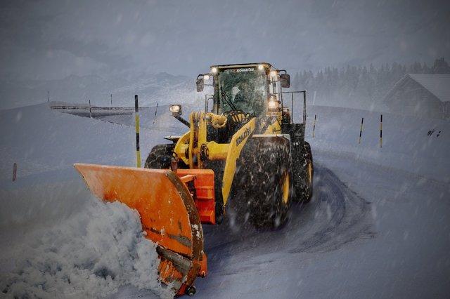 Trabajar al aire libre, trabajar en invierno, nieve, quitar nieve