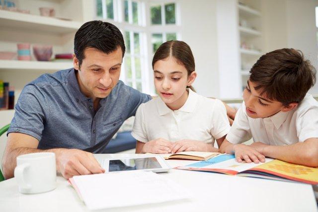 Cómo mantener el equilirio entre ayudar y hacer sus deberes