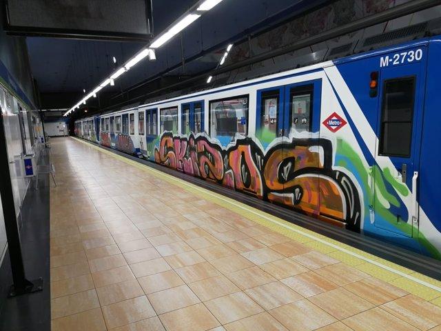 Tren de Metro pintado la noche del 1 de noviembre en Vadillo