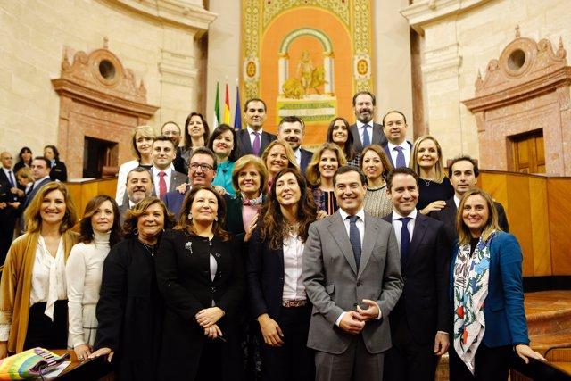 Moreno y García Egea junto al grupo parlamentario del PP-A