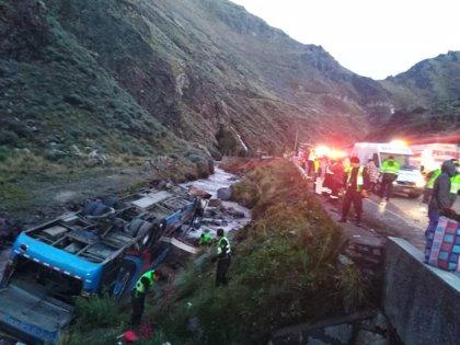 Al menos diez muertos y más de 30 heridos después de que un autobús volcara y cayera a un río en Perú