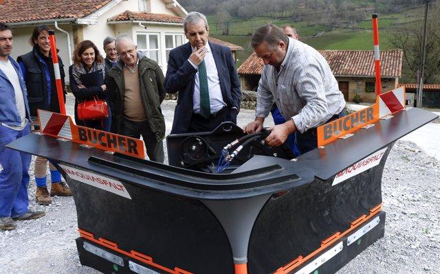 El consejero Rafael de la Sierra entrega la quitanieves a Luena