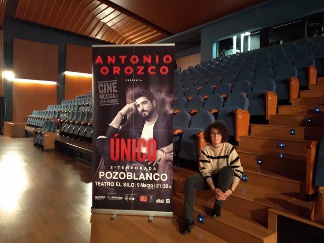 Rosario Rossi junto al cartel del concierto