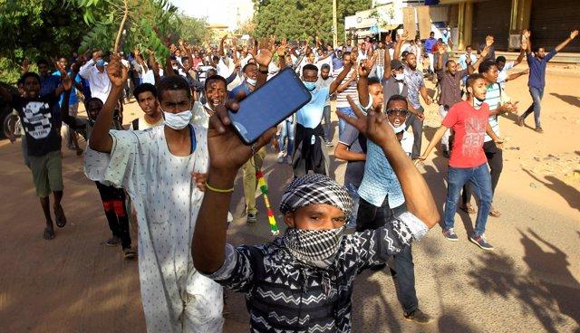Manifestantes protestan contra el Gobierno en Jartum