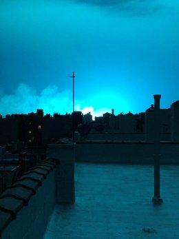 El cielo de Nueva York se tiñe de azul por una explosión de un transformador