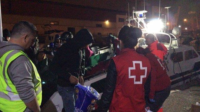 Imagen de voluntarios de Cruz Roja atendiendo a los inmigrantes en Cartagena