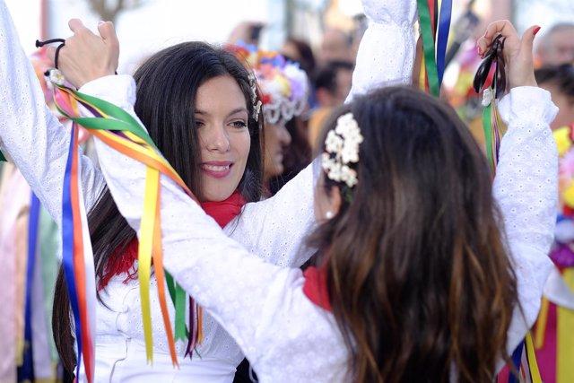 Mujeres bailando verdiales en la Fiesta Mayor de los Verdiales de Málaga