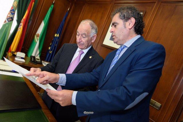 Amat y Torres repasan un documento
