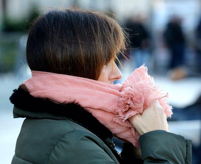 Mujer con bufanda un día de invierno