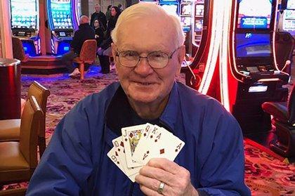 Doble premio: Su mujer supera el cáncer y gana un millón de dólares en el casino donde lo celebraron