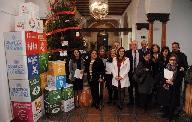 Ruiz (centro), junto a los beneficiarios de los convenios