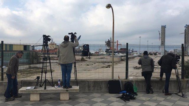 Periodistas grabando la llegada del Open Arms en Crinavis, en San Roque