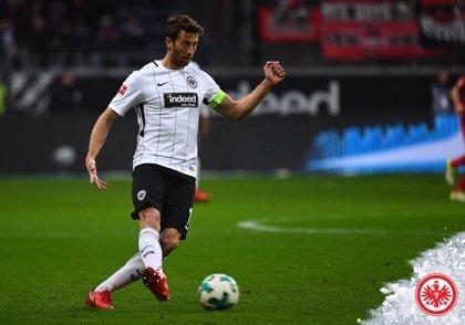 El defensa de fútbol argentino Abraham dejará Europa tras su paso por el Frankfurt