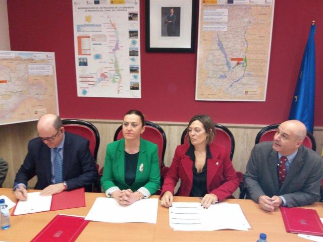 Barcones (2I) y Marcos (2D) en la firma del acuerdo 28-12-2018