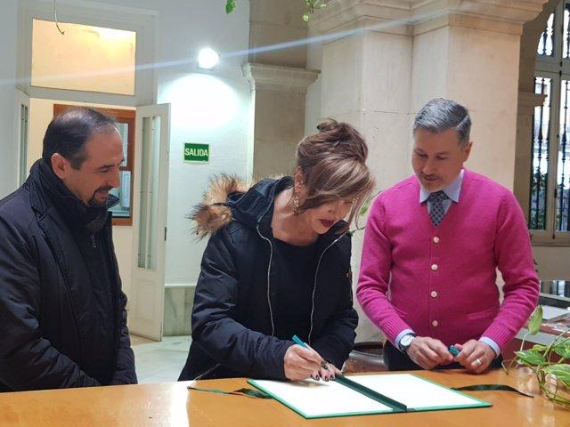Mar Cambrollé firma el acta de entrega de la documentación