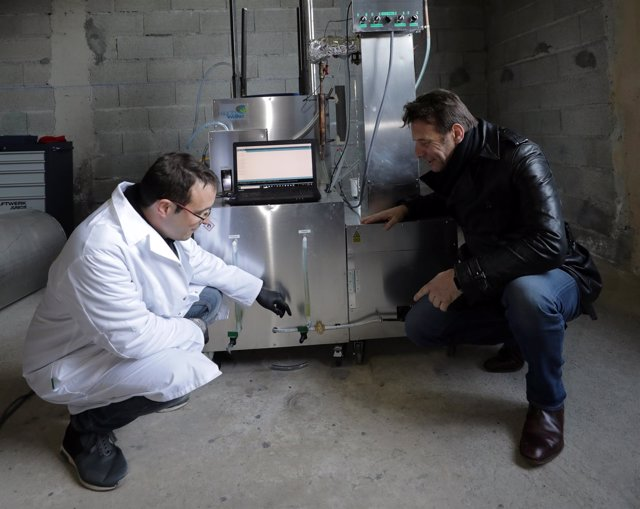 Samuel Le Bihan junto inventor de máquina que convierte plástico en combustible