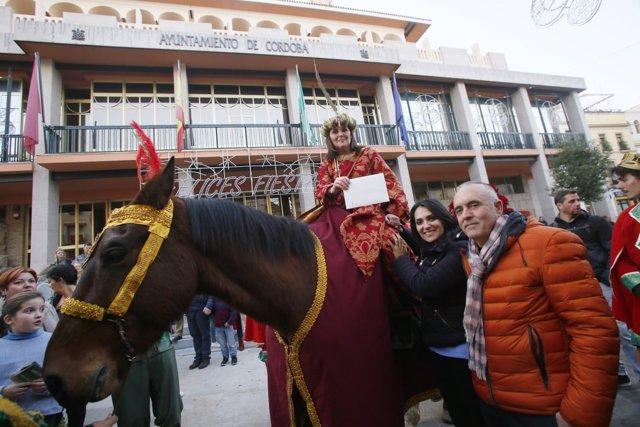 González entrega la Carta de la Ciudad a la Cartera Real