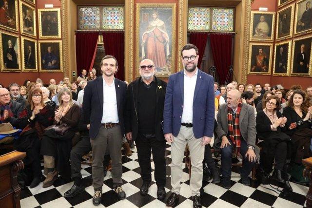 El escritor Biel Mesquida junto con el alcalde de Palma