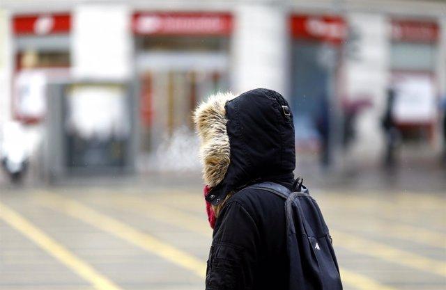 Una persona en la calle un día de invierno