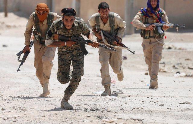 Combatientes kurdos de las FDS en Raqqa