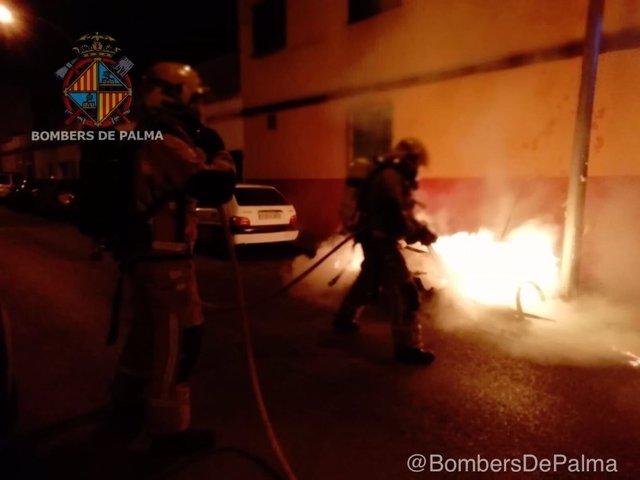 Bomberos apagan un contenedor en Palma