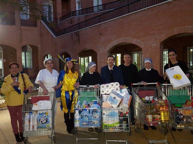 Trabajadores de Correos dan alimentos a las Hermanitas de los Pobres