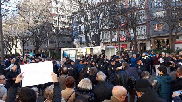 Tensión entre manifestantes de Anvite y participantes en la iniciativa de Sare