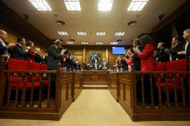 El Pleno ovaciona a Gabriel Amat en su despedida oficial como presidente.