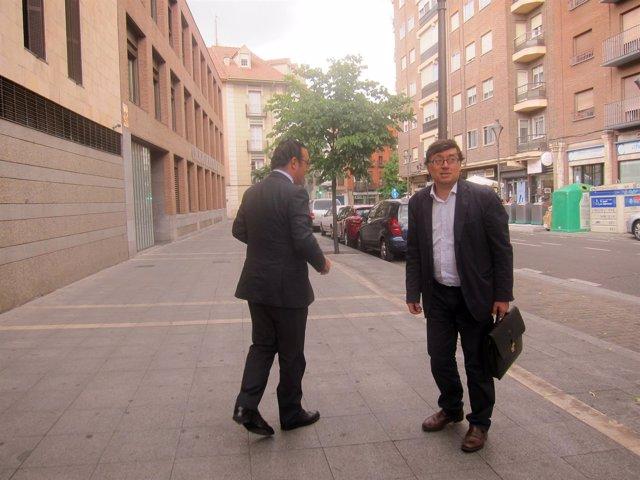 Delgado (dcha) junto a su abogado defensor.