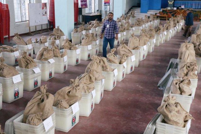 Distribución de material electoral en Bangladesh
