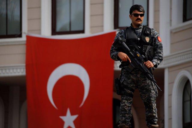 Un policía turco desplegado ante el palacio presidencial en Estambul