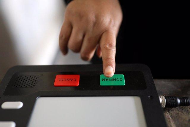 Máquina de votación para los comicios en Bangladesh