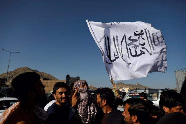 Bandera de los talibán en Kabul