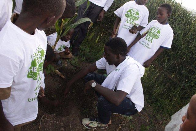 Plantación de un árbol en Ruhango, Ruanda
