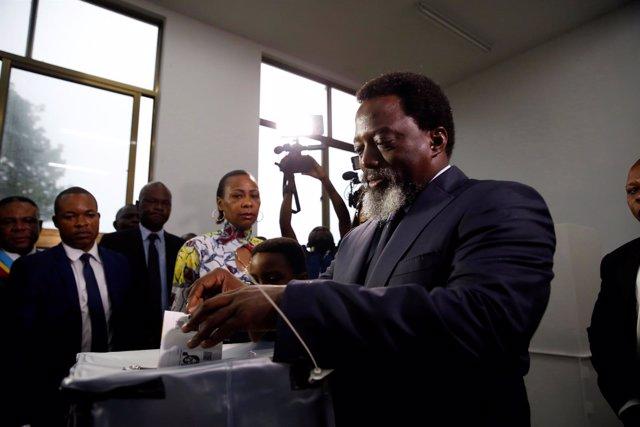 Joseph Kabila deposita su voto en las elecciones de RDCongo