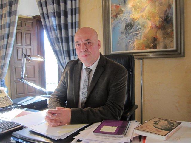 Antonio Ruiz en su despacho de la Diputación