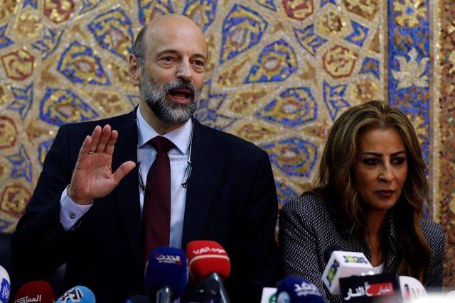 Omar al Razzaz con la ministra de Comunicación Jumana Ghunaimat