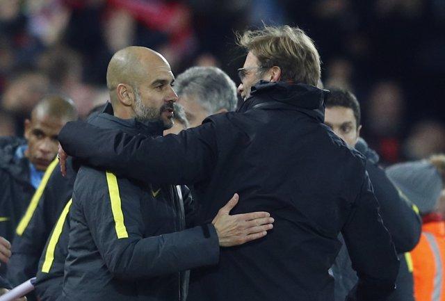 Guardiola y Klopp se saludan tras el Liverpool-City