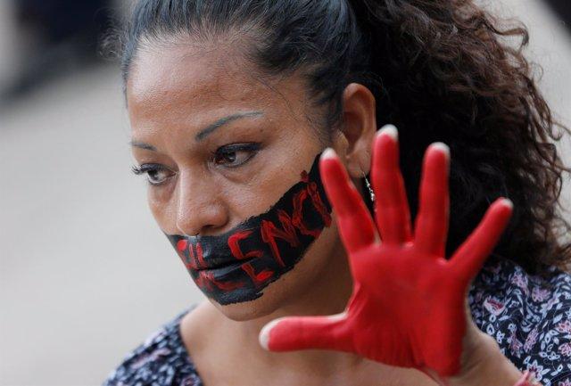 Activista protesta contra el asesinato de periodistas en México