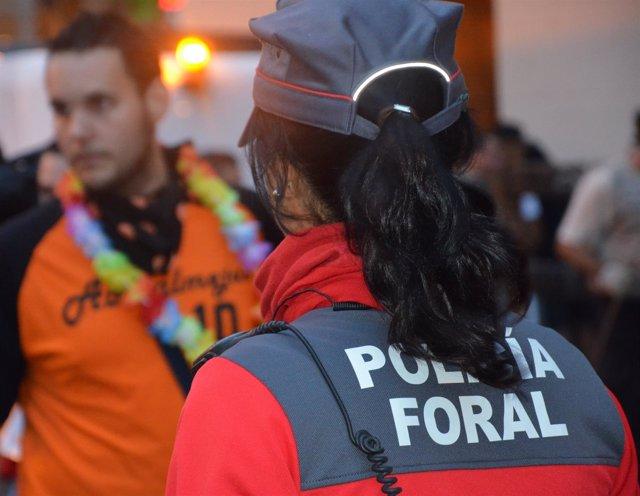 Agente de Policía Foral en un entorno festivo