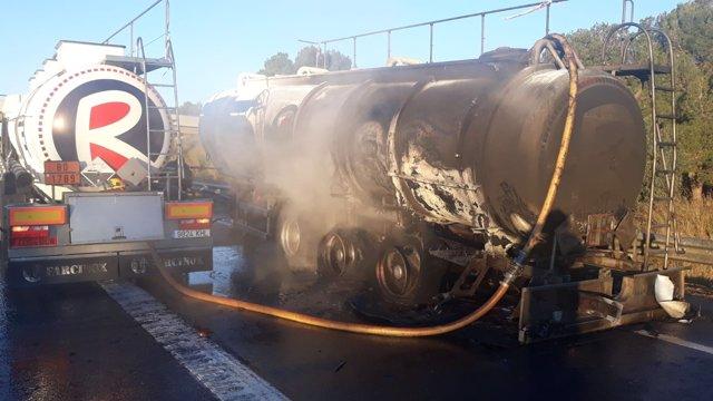 Incendio en un camión cisterna en la AP-7