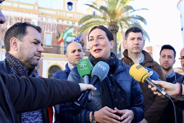 La secretaria general del PP-A, Loles López, atiende a los medios