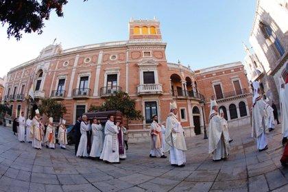 Una veintena de arzobispos y obispos concelebra en la Catedral de Valencia la misa exequial por monseñor García Aracil