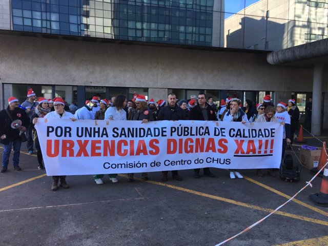 El personal de Urxencias del Hopsital Clínico de Santiago, en una concentración
