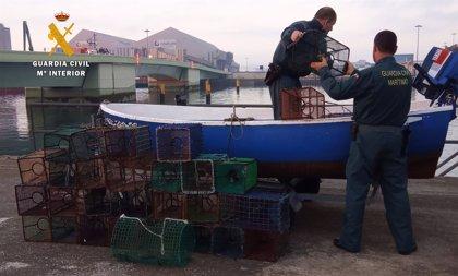 Guardia Civil investiga a dos personas y denuncia a otras cuatro por pescal ilegal
