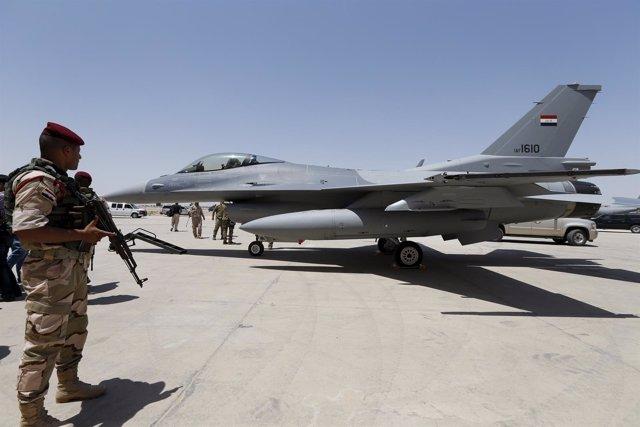 Avión de combate iraquí F-16 en la base aérea de Balad